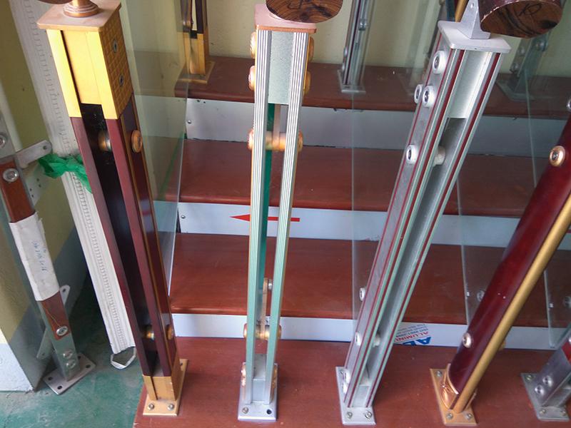 Mẫu chân trụ hợp kinh nhôm của cầu thang nhôm kính