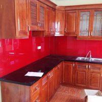 Kính màu đỏ đô ốp bếp